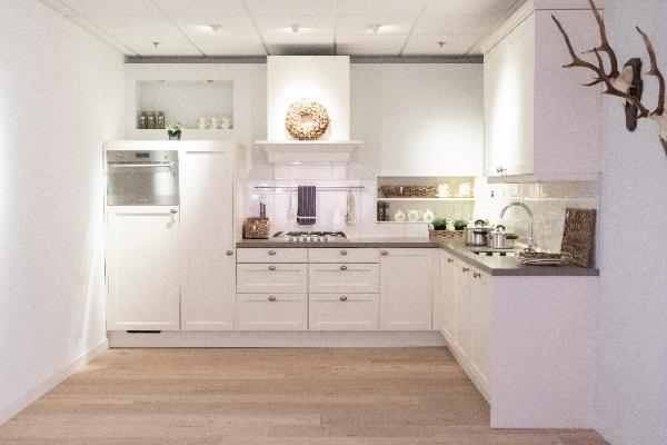 Witte hoek showroomkeuken