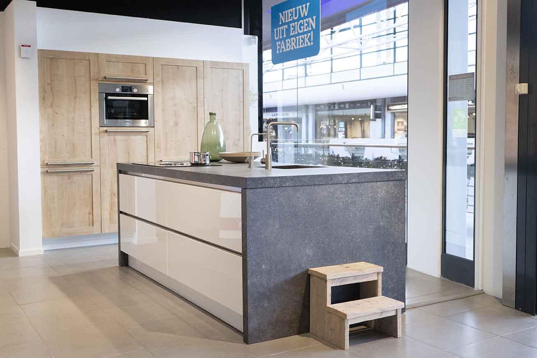 Wit met houten keuken