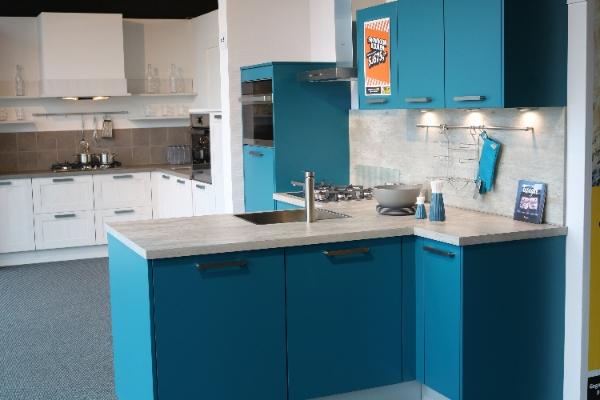 T opstelling blauw showroomkeuken