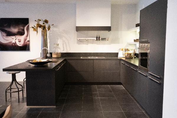 Zwarte keuken u opstelling