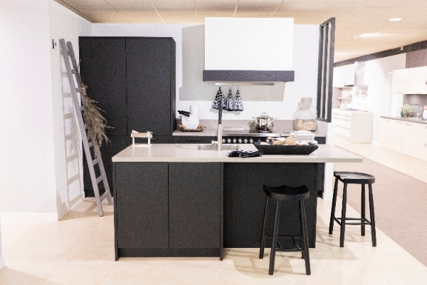 Moderne zwarte showroomkeuken