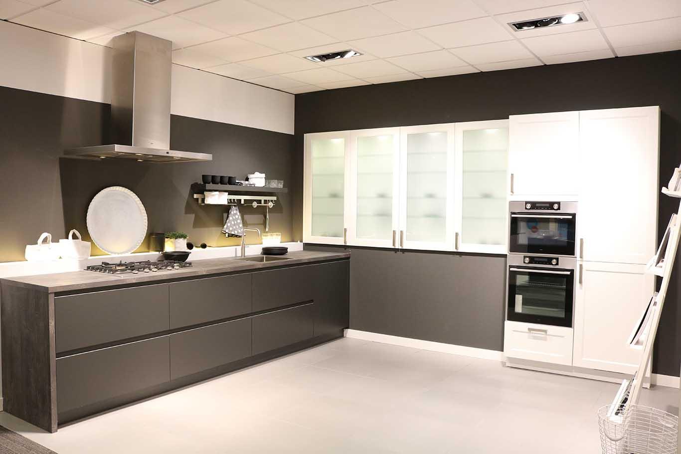 Wit met zwarte keuken