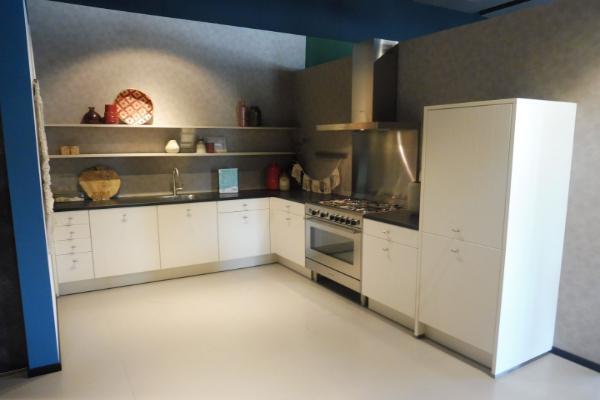 Witte hoek Hello Kitchen showroomkeuken