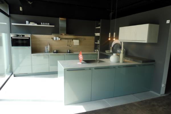 Parallel opstelling modern showroomkeuken