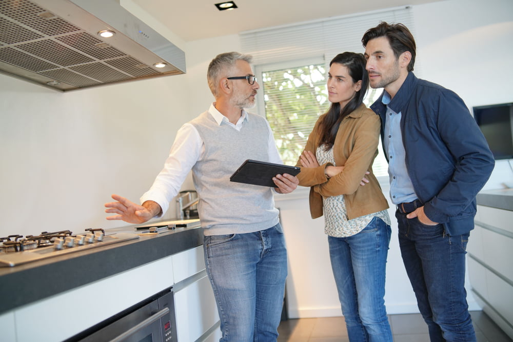 Adviseur helpt klant met kostenplaatje nieuwe keuken