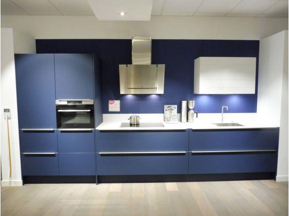 Blauwe showroomkeuken